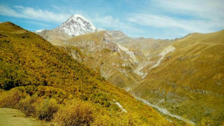 Schneebedeckter Berg Kazbek im Herbst, unweit von Tiflis