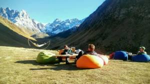 Im Kazbekgebiet chillt man und frau vor herrlicher Bergwelt