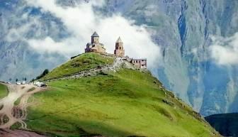 Nah an der russischen Grenze markiert die Gergeti-Kirche georgisches Territorium