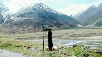 ein Mönch malt die Tafel zum im Winter neu bezogenen Kloster