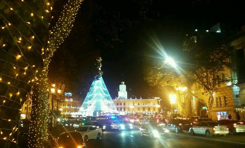 Der Freiheitsplatz in Tblisi ist weihnachtlich beleuchtet